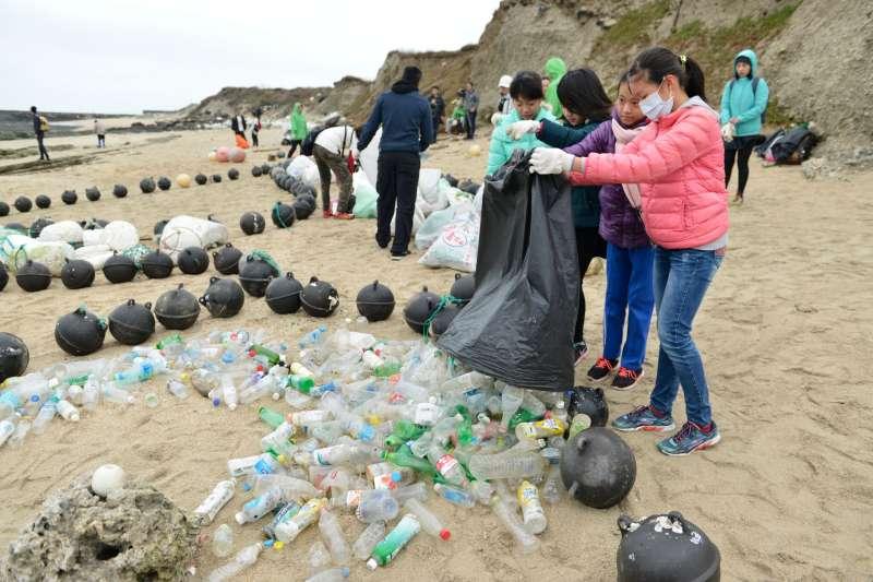 20171216-綠色和平組織日前倡導減塑運動時,發現許多溪口充滿塑膠微粒,澎湖北岸更驚見許多海漂垃圾堆積,令人看了怵目驚心。(綠色和平組織提供)