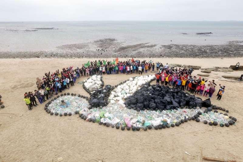 20171216-為期盼每隻海龜不再受到傷害,綠色和平組織將撿到的寶特瓶排成一隻海龜,希望牠們往後可以自在悠游。(綠色和平組織提供)