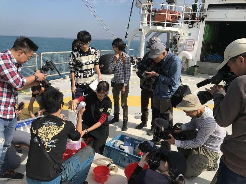 為了建立臺灣海域微塑膠污染資料庫,綠色和平組織先前航至台灣沿海,透過打撈、採樣調查,追溯海洋污染的源頭。(綠色和平組織提供)