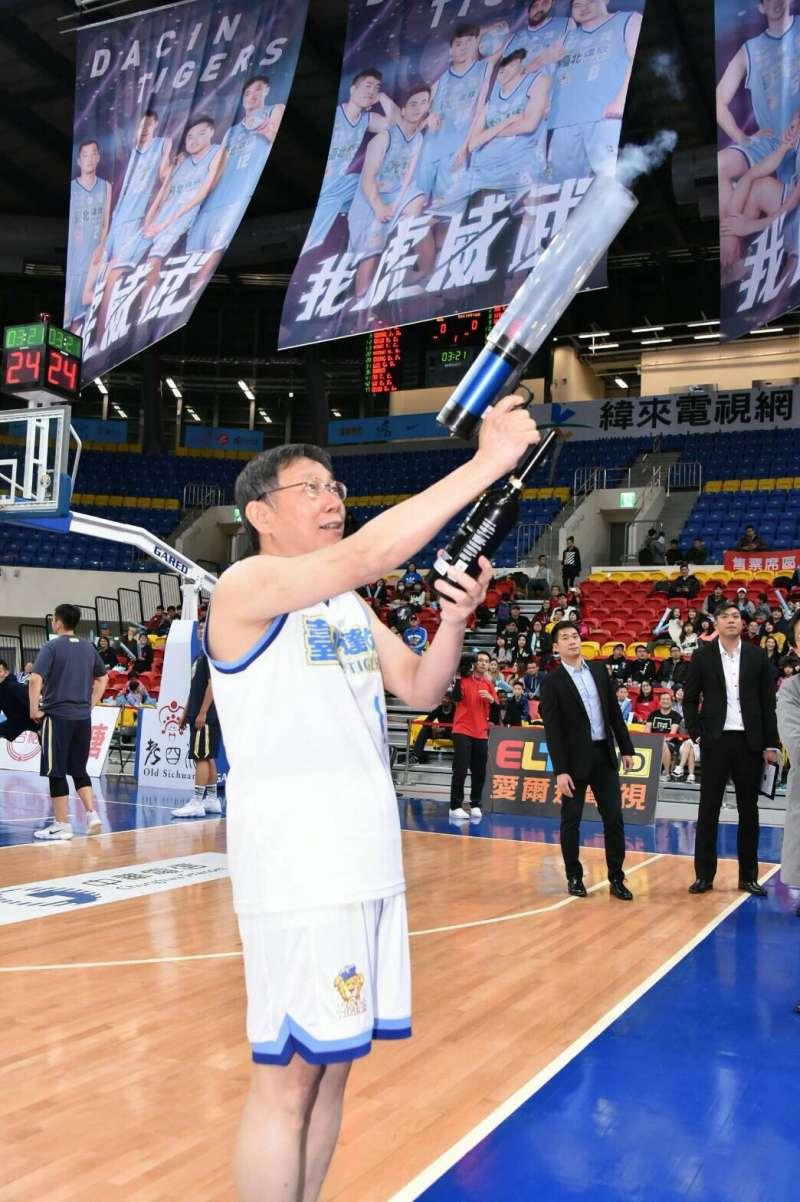 達欣今日邀請台北市長柯文哲到場為達欣頒發上季冠軍盃與冠軍戒。(台北市政府提供)