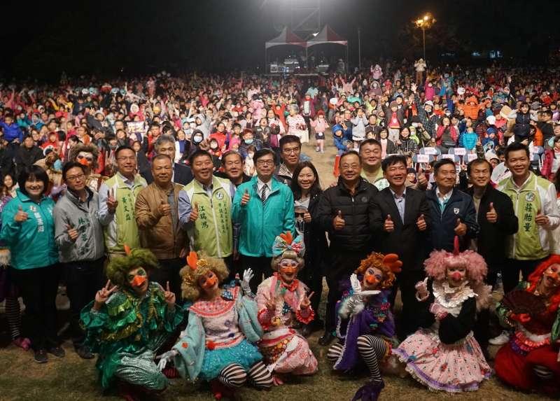 紙風車劇團16日晚間在衛武營都會公園榕園旁演出台灣原創兒童歌舞音樂劇《雞城故事》,現場有近萬民眾攜家帶眷參與。(圖/陳其邁辦公室提供)