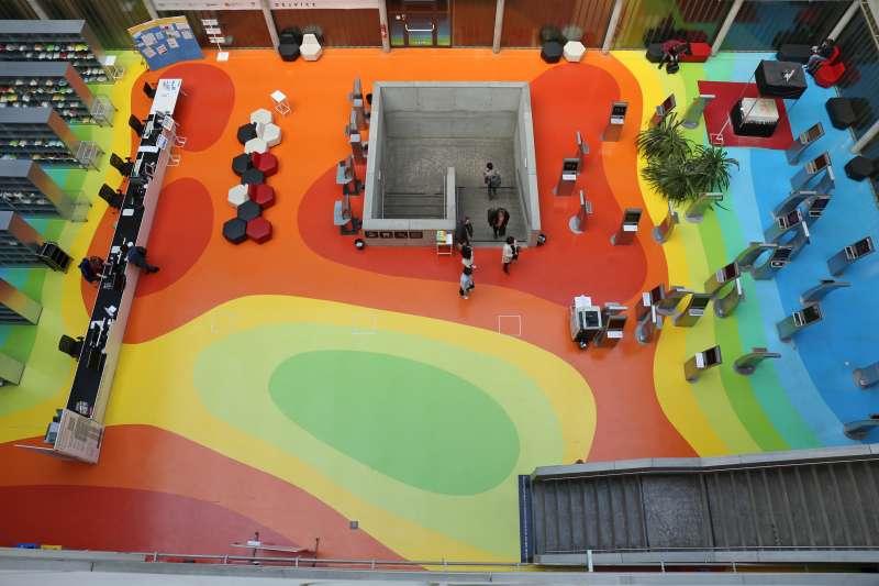 捷克國家科技圖書館2樓地板上的七彩雲圖。(田中央聯合建築師事務所提供)