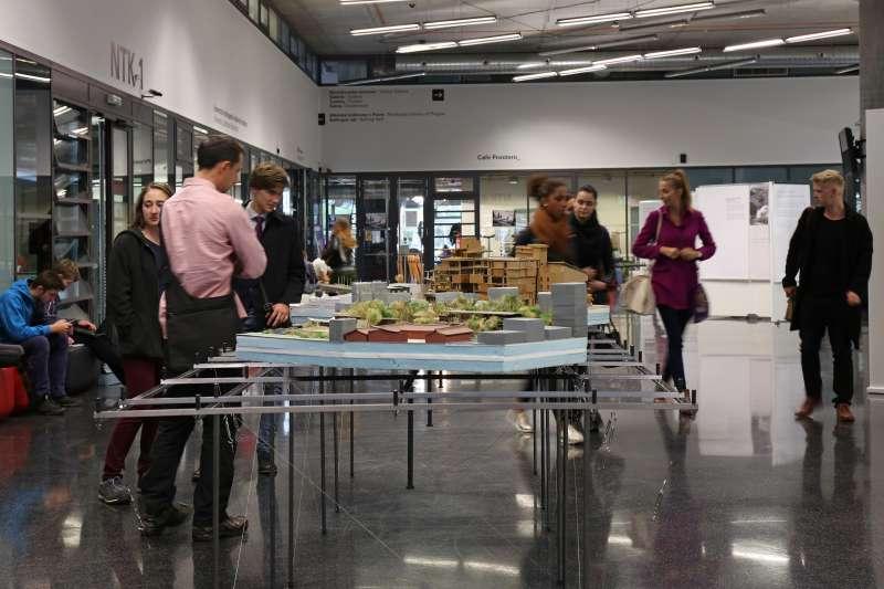 挑選了布拉格的國家科技博物館大廳為展場,創造了非常有趣的新觀展經驗,包括老師與學生、布拉格老幼市民,常停駐展場,靜靜凝視……。(田中央聯合建築師事務所提供)