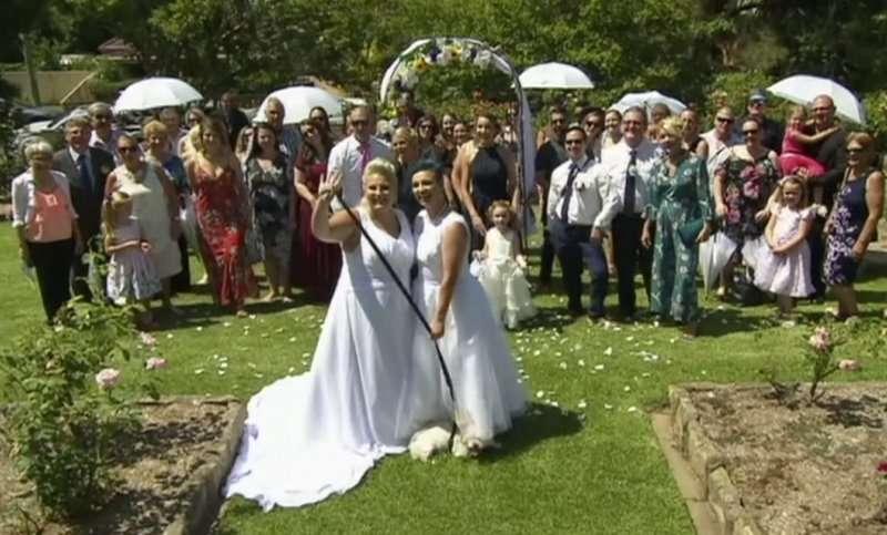 31歲的普萊斯(Lauren Price)與29歲的雷克爾(Amy Laker)16日舉辦婚禮,成為澳洲第一對合法成婚的同志伴侶。(美聯社)