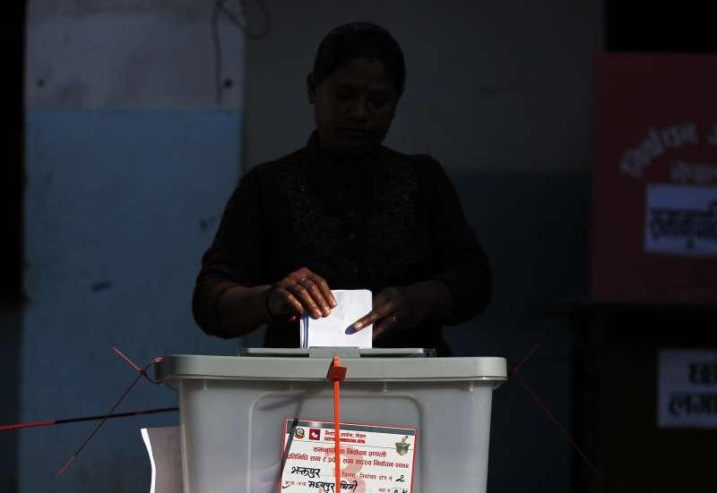 尼泊爾國會選舉:親中國的尼泊爾共產黨陣營大勝,圖為尼泊爾人民投票(AP)