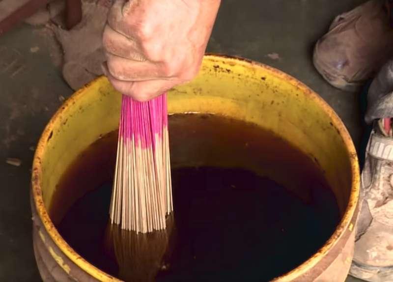 未加工的香先沾水,再裹上好幾層的楠木粉,才能變成最完美的成品。