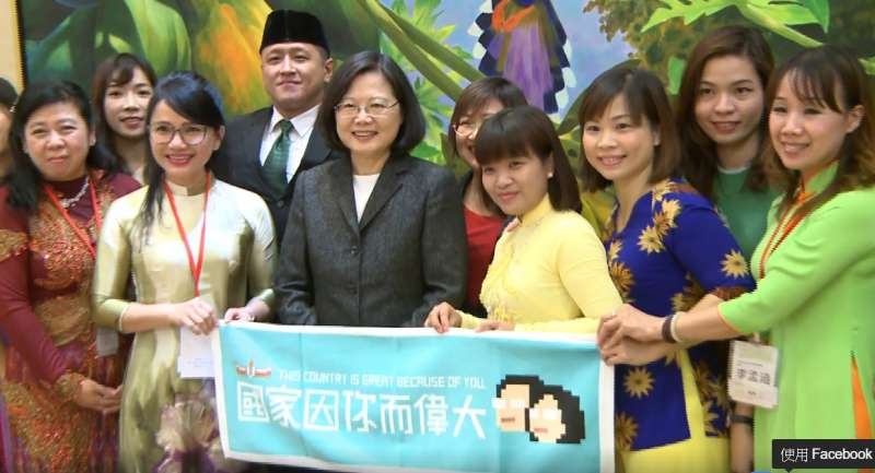 蔡英文和新移民們共餐,也表示歡迎大家加入台灣這個大家庭。(取自蔡英文臉書)
