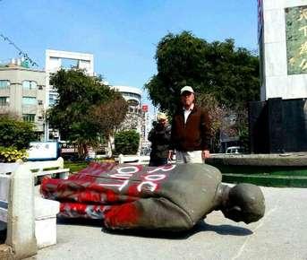 2014年時獨派團體將台南市湯德章紀念公園內的孫中山銅像拉倒,至今仍放在倉庫中。(資料照,取自公投護台灣聯盟)