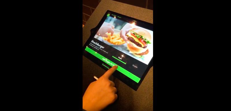 Shake Shack在今年底新店面導入自動點餐機,去除收銀員職位,讓員工更專注在顧客上。(圖/)