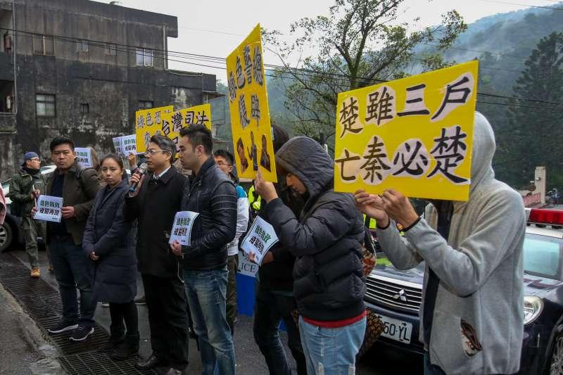20171219-新黨王炳忠等4人疑涉《國安法》遭調查局幹員帶走案,新黨號召民眾到北宜公路上的調查局國安站外聲援。(陳明仁攝)