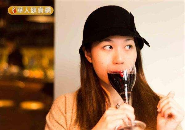 酒精除了會直接損傷胃黏膜外,更會使胃腺體分泌的黏液及糖蛋白合成減少,削弱胃黏膜的保護作用。(圖/華人健康網提供)