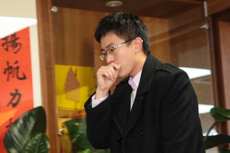 20171220-新黨新思維中心主任侯漢廷20日針對昨日檢調搜索一事,召開記者會說明。(顏麟宇攝)