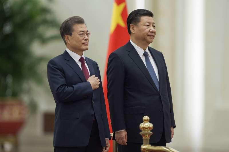 南韓總統文在寅(左)12月訪中與中國領導人習近平(右)會面,中韓關係看似解凍。(美聯社)