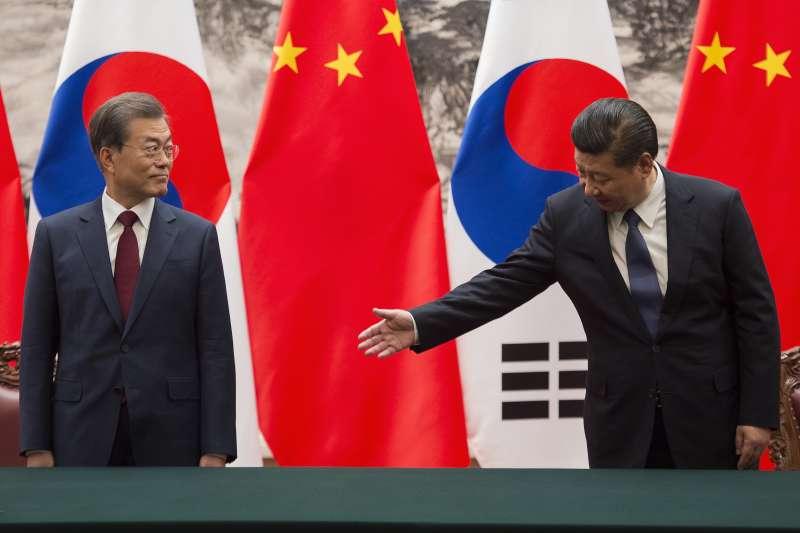 南韓總統文在寅(左)與中國國家主席習近平(AP)
