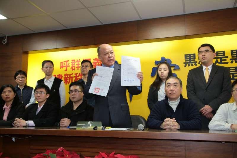 20171220-新黨副主席李勝峰(右二)20日再度召開記者會,新黨青年軍王炳忠(左三)坐在一旁神情嚴肅。(顏麟宇攝)
