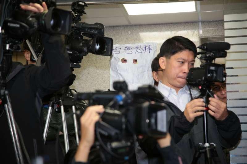 20171220-新黨副主席李勝峰20日再度召開記者會聲援新黨青年軍王炳忠。現場有民眾戴著白色紙頭套,上頭寫著「白色恐怖」。(顏麟宇攝)