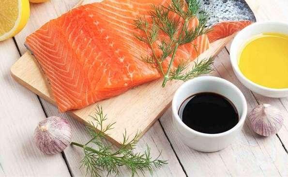 鮭魚、鯖魚、沙丁魚、秋刀魚等中小型的深海魚類,更是民眾獲取豐富ω−3脂肪酸的好選擇。(取自華人健康網)