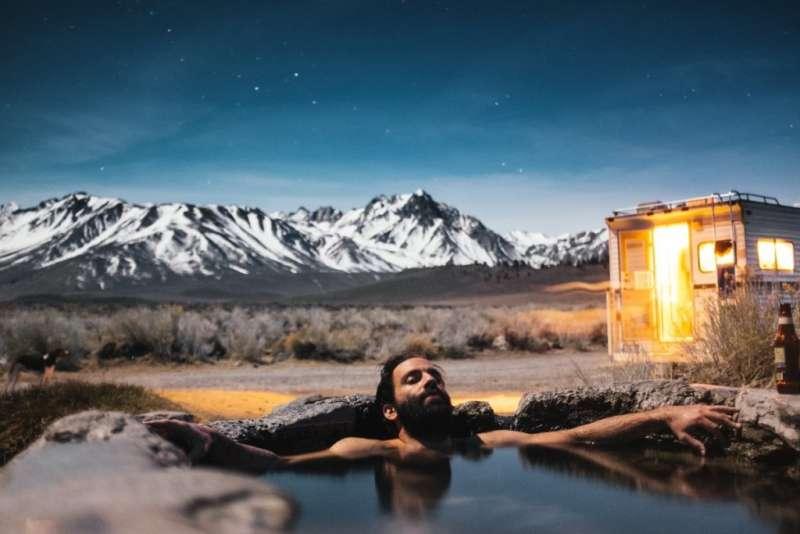 泡溫泉是人生一大樂事,全身浸泡在熱呼呼的溫泉池中,不只身體暖和了,連心情舒壓了!(圖/pexels@pixabay)