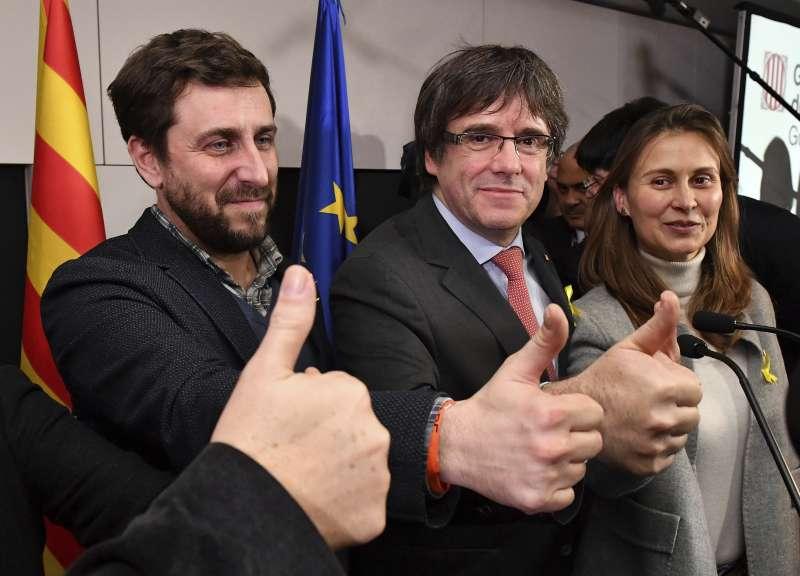 加泰隆尼亞議會選舉結果21日出爐後,流亡比利時的自治區前主席普吉德蒙(中)開心豎起拇指比讚(AP)