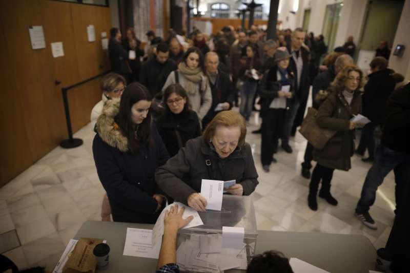 加泰隆尼亞民眾21日踴躍投票(AP)