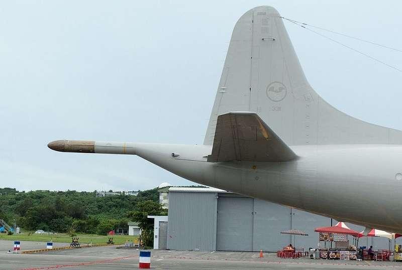 439混合聯隊反潛機大隊34中隊P-3C 3311反潛哨戒機機尾上的黑蝙蝠中隊隊徽。(玄史生∕維基百科)