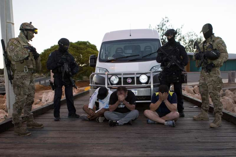 現場逮捕八名澳洲籍嫌犯。(法務部調查局提供)