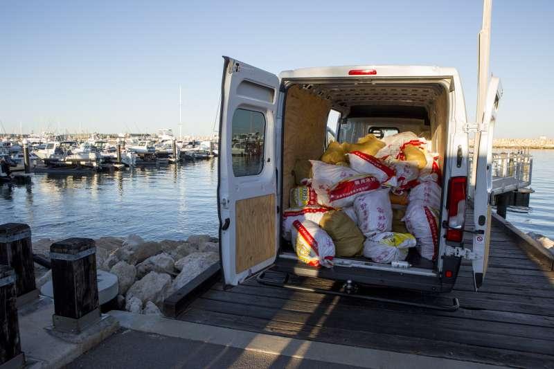 現場於漁船及貨車查獲共1.2公噸甲基安非他命。(法務部調查局提供)