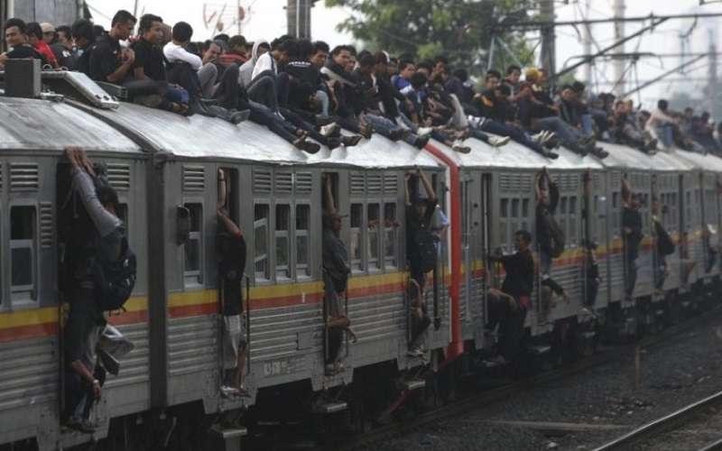 雅加達曾有過火車頂上都是人的「奇景」。(美聯社)