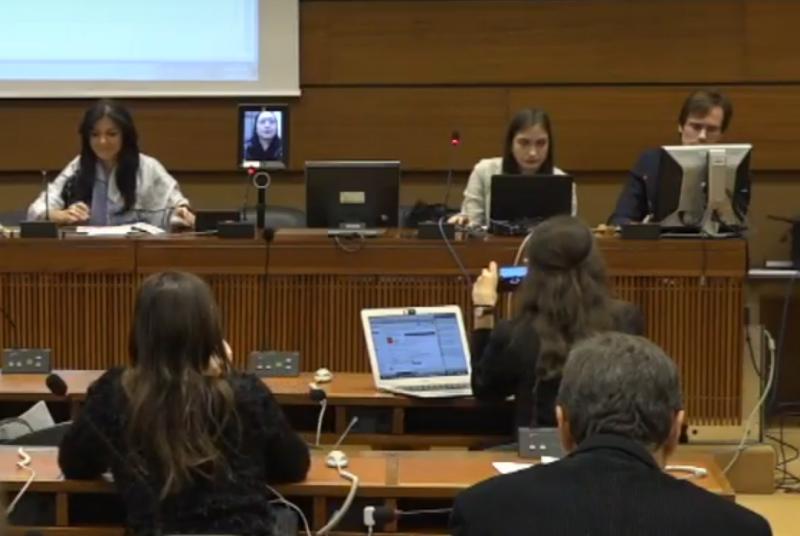 第12屆聯合國網路治理論壇(IGF)在日內瓦舉行,我國行政院政務委員唐鳳運用遠端連線數位機器人直播(左上方),突破中國打壓,成功發言。(翻攝IGF影片)