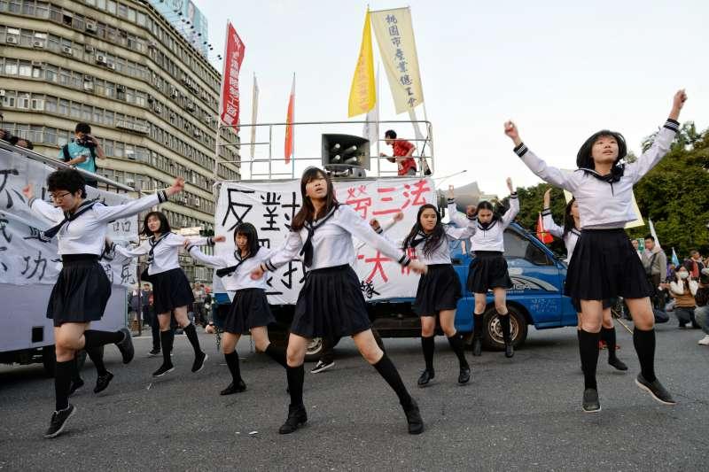 20171223-勞工大遊行,勞團抗議勞基法休法、一例一休、輪班間隔,蹈團體「勞坂46」表演。(甘岱民攝)