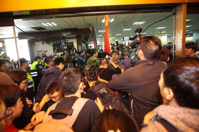 20171223-勞團23日舉行「反對勞基法修惡大遊行」,晚間主辦單位宣布遊行結束後,部分學生不願離去傍晚湧入台北車站抗議。(顏麟宇攝)