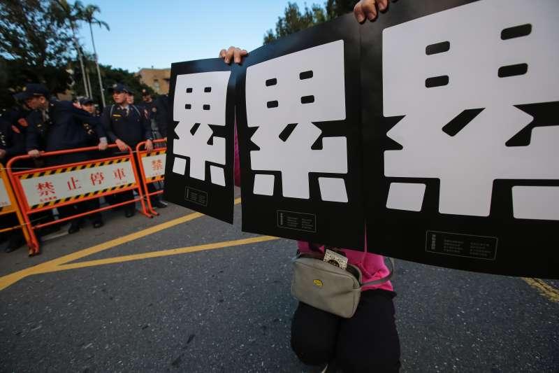 20171223-勞團23日舉行「反對勞基法修惡大遊行」,遊行民眾衝破封鎖線佔領車道抗議,並高舉「累」的標語表達訴求。(顏麟宇攝)