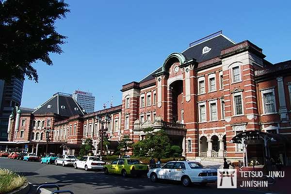 戰後修復的東京車站,站體只剩下兩層樓,南北圓拱頂建築消失,取而代之的是簡易修復的八角型建築。(攝影:陳威臣)