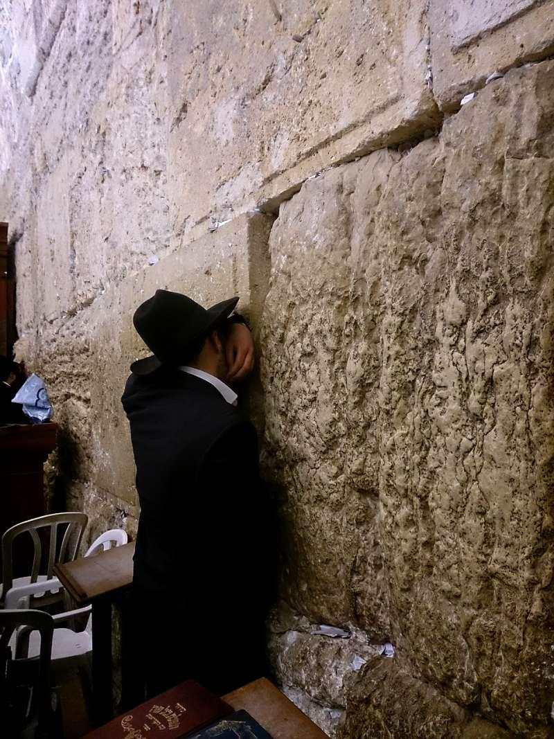 在哭牆前面祈禱的猶太宗教人士。(取自想想論壇)