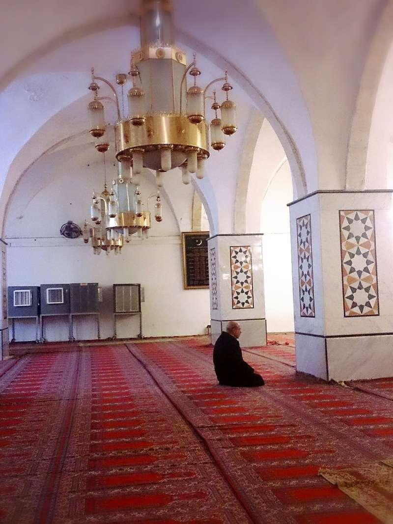 在清真寺禱告的阿拉伯人。(取自想想論壇)