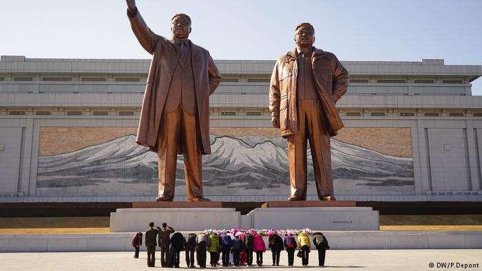北韓耗費巨資打造領袖崇拜的雕像、紀念館等等。(德國之聲)