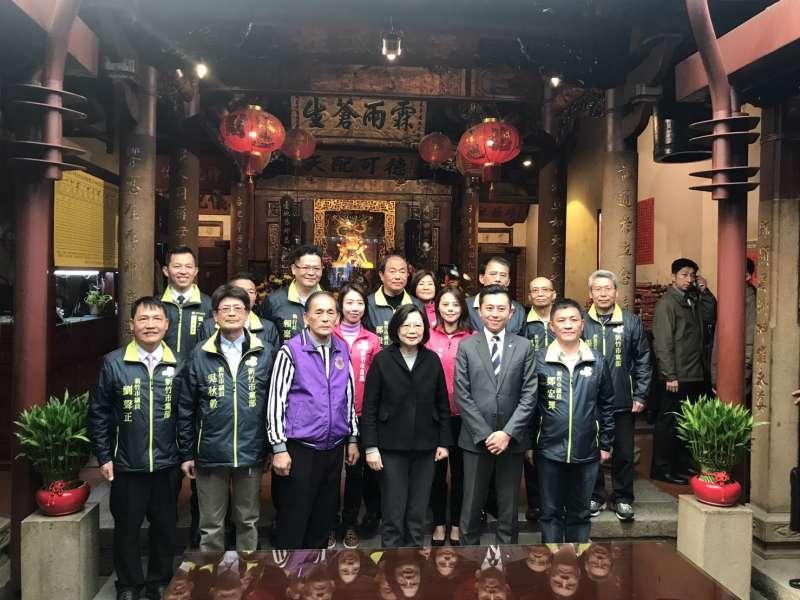 蔡英文到新竹市長和宮參香祈福,市長林智堅也一同前往。(新竹市政府提供)