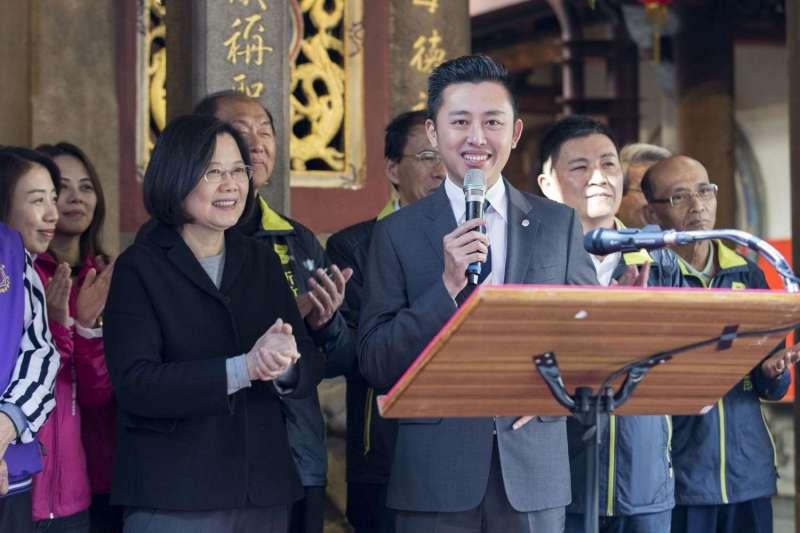 總統蔡英文長和宮祈福 肯定林智堅市長就職三周年「翻轉新竹」。(新竹市政府提供)