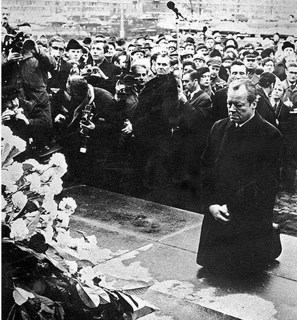 華沙之跪,發生在1970年12月7日,指時任西德總理威利·勃蘭特在華沙猶太區起義紀念碑前下跪一事。(取自網路)