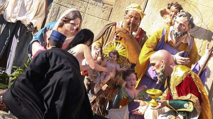烏克蘭女權組織「費曼」成員薇諾葛拉朵娃25日試圖奪走聖嬰像,隨即遭到警方逮捕(取自femen.org)