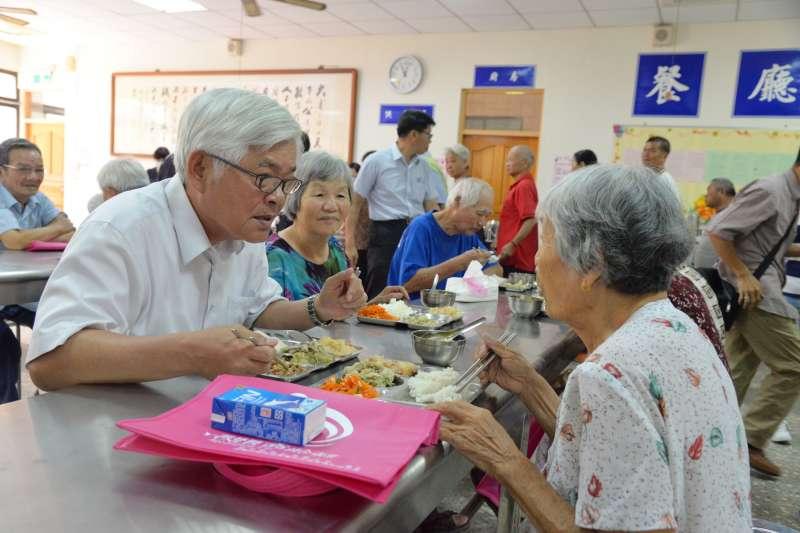 雲林縣政府目前已設置42所「長青食堂」,有75.5%的受訪民眾對於此項政策感到滿意。(圖/雲林縣政府提供)