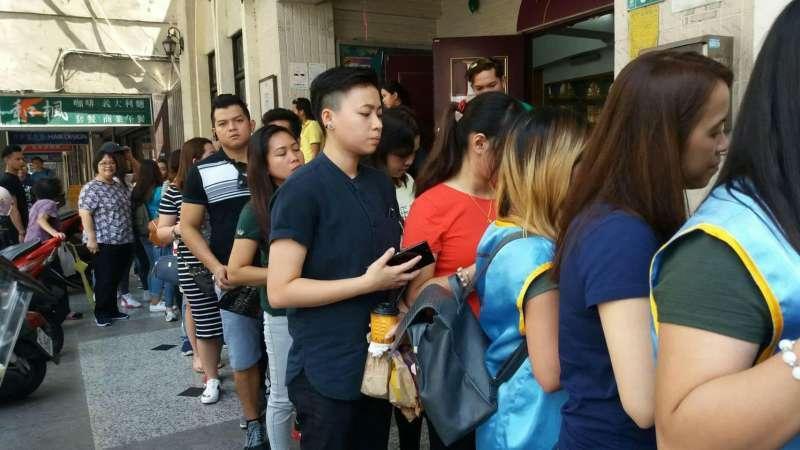 20171226-移工團體舉辦「模擬公投」,呼籲政府正視移工勞權。主辦單位設置的投票所,在假日聚集許多移工和台灣民眾。(台灣國際勞工協會提供)