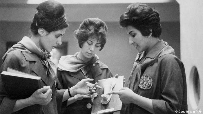 1962年,阿富汗兩名醫科女學生與女教授(右)。(德國之聲)