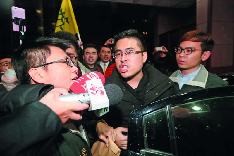王炳忠(中)到北檢應訊時,要求檢方辦案不要有「政治考量」。(柯承惠攝)