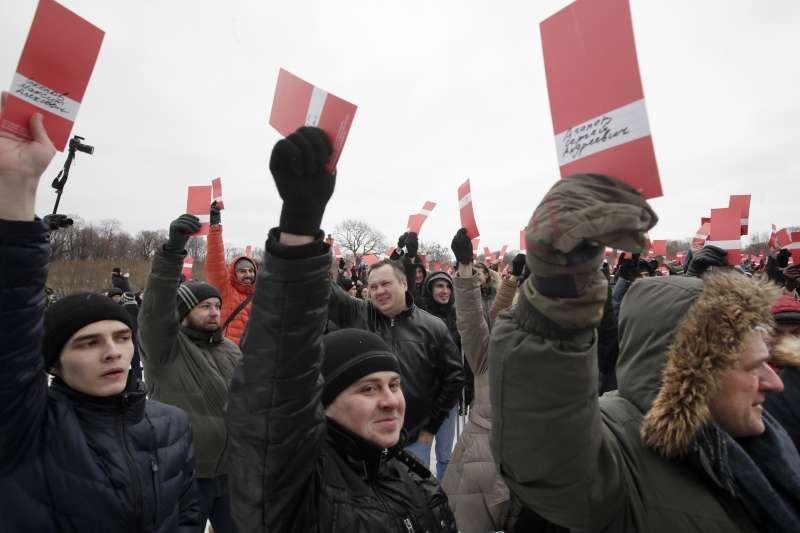 俄羅斯反對派人士納瓦爾尼的支持者,參加造勢大會。納瓦爾尼已被禁止參加2018俄羅斯總統大選(美聯社)