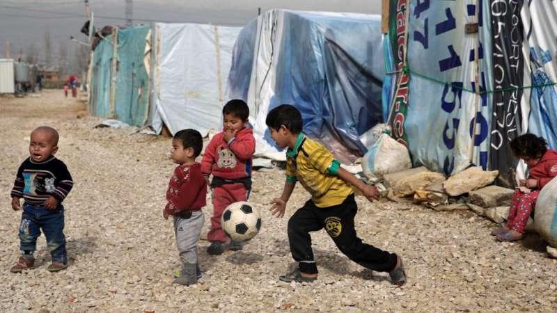 黎巴嫩的難民營裡,一群敘利亞難民兒童正在玩耍(AP)