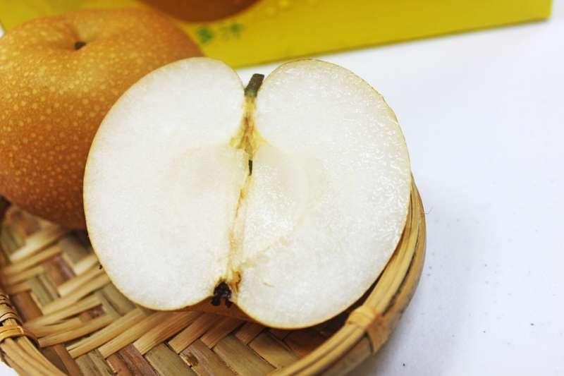 從水梨底部的果臍,可以看出甜不甜;果臍凹陷愈深,表示愈甜。(圖/pixabay)