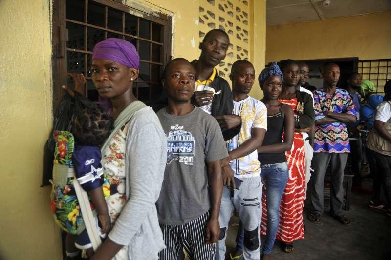 12月26日,賴比瑞亞首都蒙羅維亞的許多民眾排隊等待投票(AP)