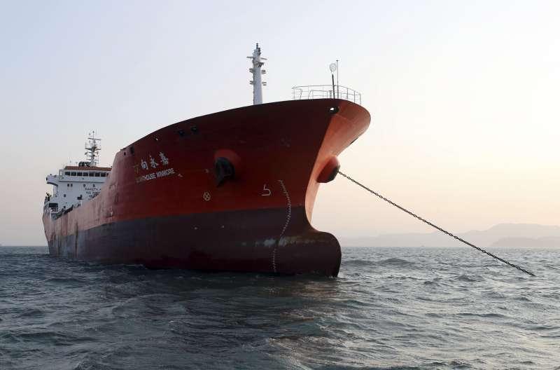 南韓媒體指稱台灣「Billions Bunker Group」租用香港籍油輪「方向永嘉號」(Lighthouse Winmore)在公海上向北韓船隻交運約600噸油品(AP)