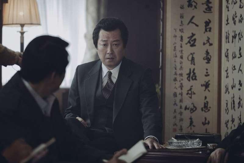 《1987:黎明到來的那一天》劇照5 -金倫奭飾演朴處長  拍了一下桌子那孩子就死了.jpg